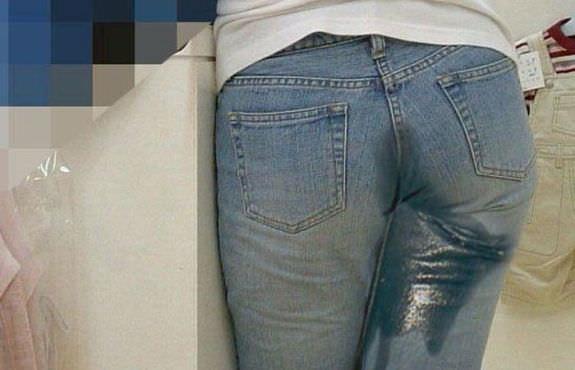 トイレに間に合わずオシッコ漏らしてデニムとか衣服を濡らしちゃってる放尿エロ画像 1276