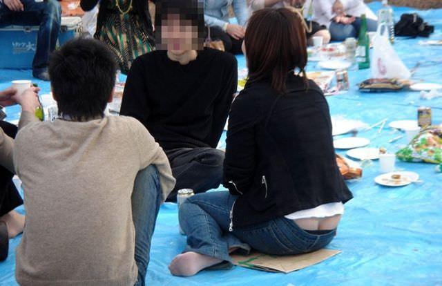 しゃがんでパンツからお尻が見えちゃってる素人娘達の街撮りエロ画像 1281