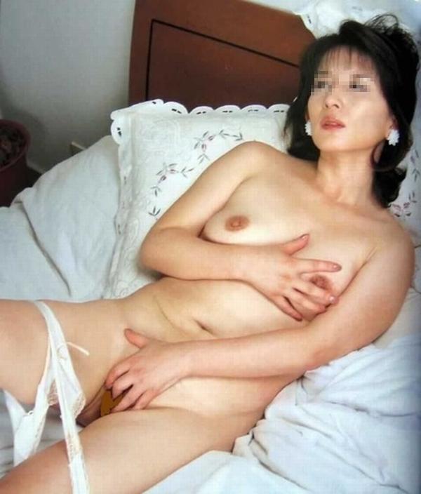 性欲が抑えきれないビッチなイケイケ人妻熟女が不倫中に撮ったエロ画像 1323