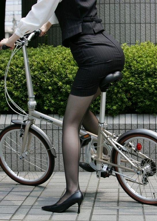 自転車を漕ぐ太ももの汗の匂いが気になる素人OLの街撮りエロ画像 1431