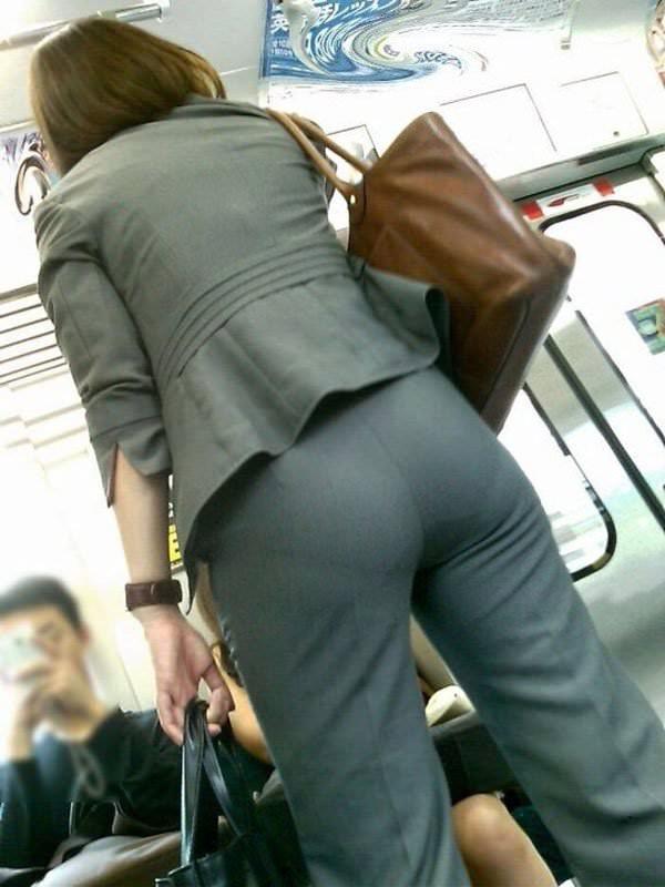 パンツスーツやタイトスカートを履いたOLお姉さんのお尻を追っかける街撮りエロ画像 1471