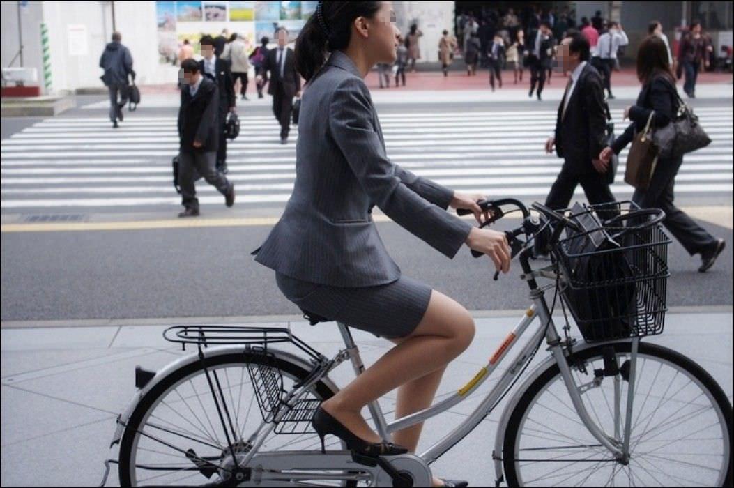 自転車を漕ぐ太ももの汗の匂いが気になる素人OLの街撮りエロ画像 1531