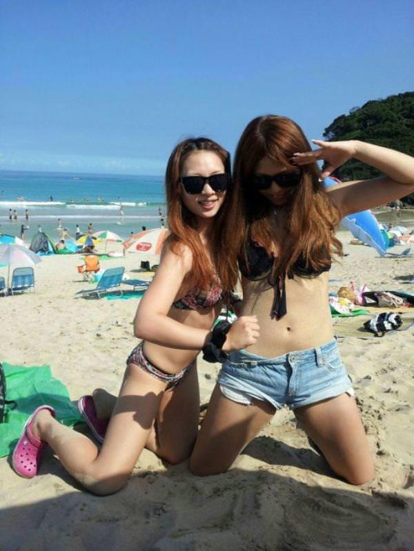 夏のビーチで輝くビキニギャルがツイッターやフェイスブックにうpされてたエロ画像 1635
