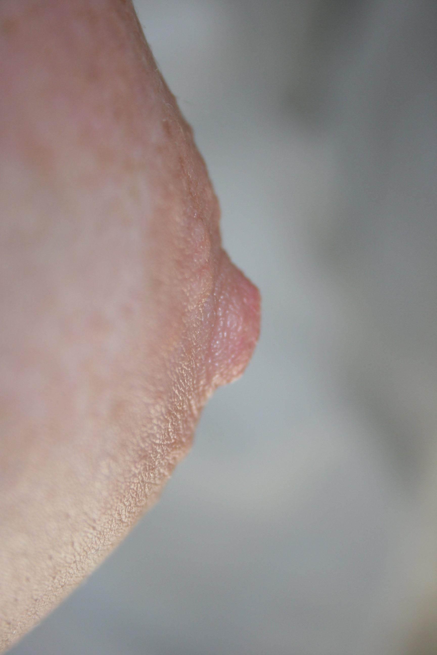 プックリとした綺麗な乳首を接写した美乳おっぱいエロ画像 1717
