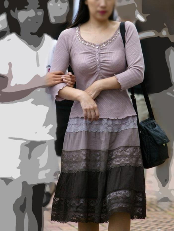 服の上からでも巨乳だとわかる人妻のむっちり着衣おっぱいエロ画像 1727