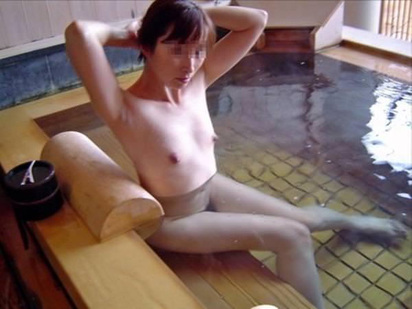 不倫旅行先の露天風呂で開放的になってて全裸ヌード撮影しちゃう人妻熟女の露出エロ画像 1730