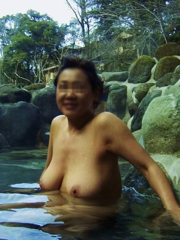 不倫旅行先の露天風呂で開放的になってて全裸ヌード撮影しちゃう人妻熟女の露出エロ画像 1830