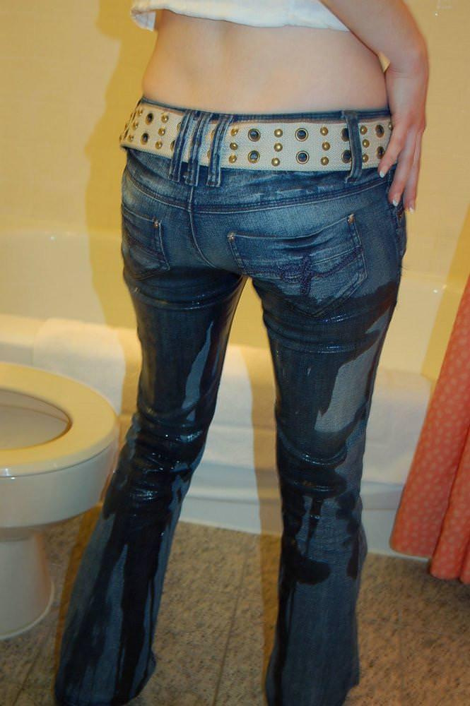 トイレに間に合わずオシッコ漏らしてデニムとか衣服を濡らしちゃってる放尿エロ画像 1865