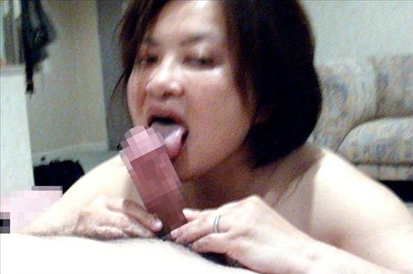 肉便器の人妻熟女がチンカスまみれのチンポコを喜んでしゃぶるフェラ画像wwwwww 1917 1
