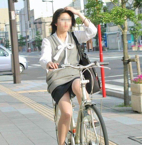 自転車を漕ぐ太ももの汗の匂いが気になる素人OLの街撮りエロ画像 1929