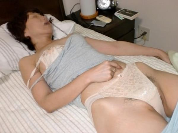 熟女の垂れた巨乳おっぱいを包み込んで形を整えてる人妻の下着エロ画像 1973