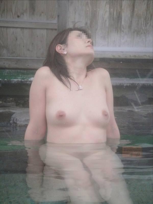 不倫旅行先の露天風呂で開放的になってて全裸ヌード撮影しちゃう人妻熟女の露出エロ画像 2029