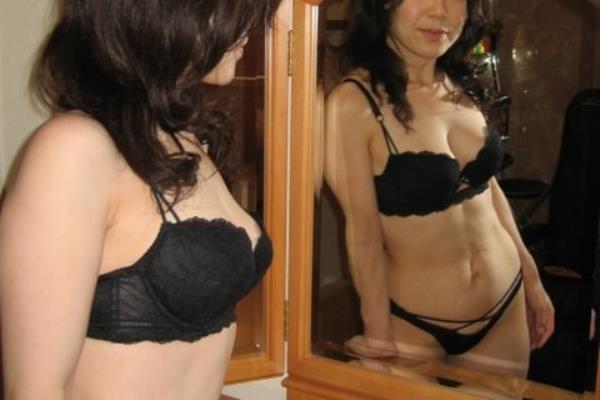 熟女の垂れた巨乳おっぱいを包み込んで形を整えてる人妻の下着エロ画像 2070