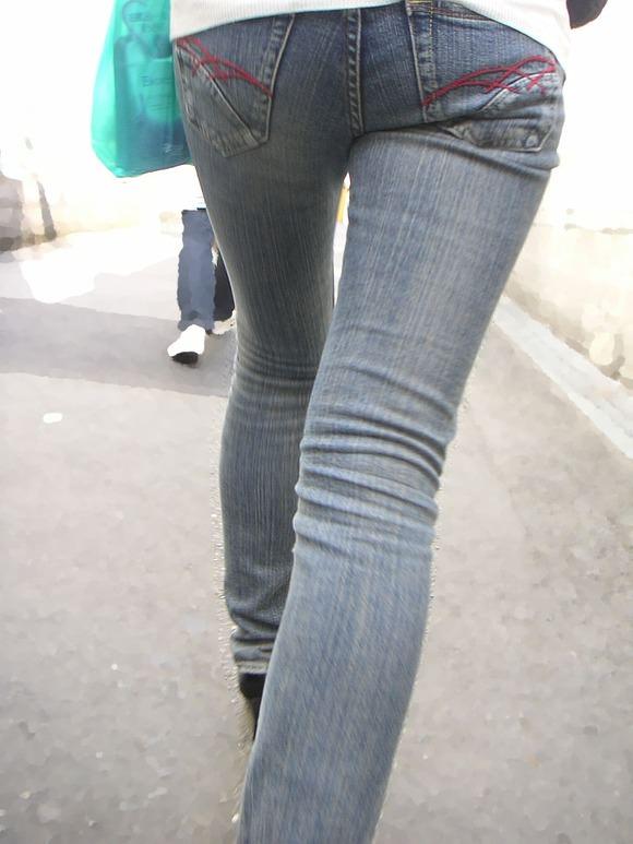 街を歩くギャルのデニムがお尻のラインを際立てる街撮りエロ画像 2131