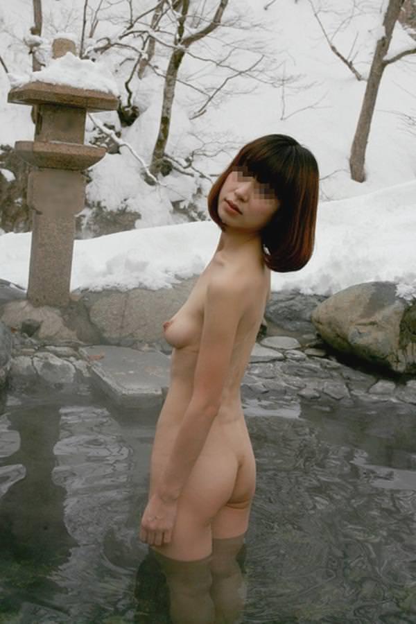 不倫旅行先の露天風呂で開放的になってて全裸ヌード撮影しちゃう人妻熟女の露出エロ画像 2132