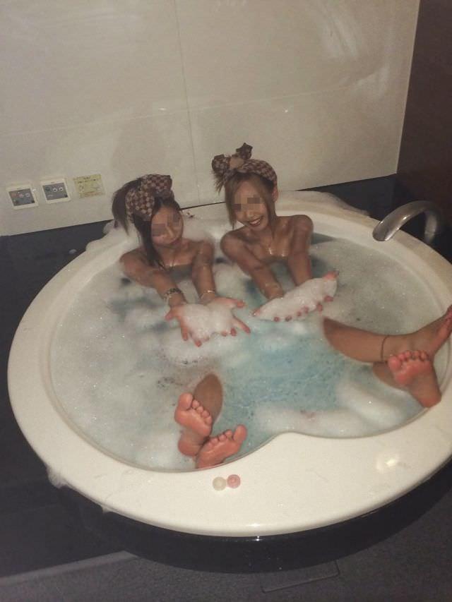 リア充ギャルがビキニになったりお風呂入ってるエッチな写真をネット公開してるエロ画像 2136