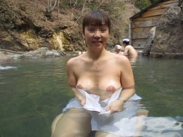 不倫旅行先の露天風呂で開放的になってて全裸ヌード撮影しちゃう人妻熟女の露出エロ画像 2226