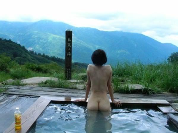 不倫旅行先の露天風呂で開放的になってて全裸ヌード撮影しちゃう人妻熟女の露出エロ画像 2321