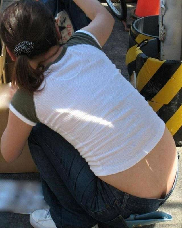 しゃがんでパンツからお尻が見えちゃってる素人娘達の街撮りエロ画像 2342