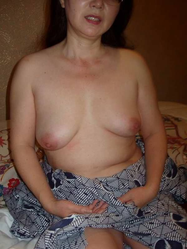 梅干し乳首が香ばしく育った人妻熟女のおっぱいエロ画像 2422
