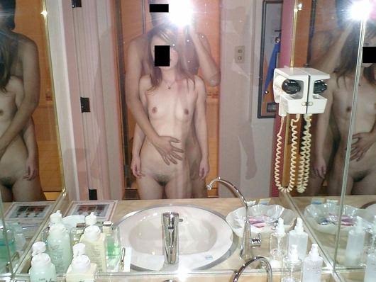 鏡の前でスパンスパン腰を振ってハメ撮りしてるエロ画像 2431