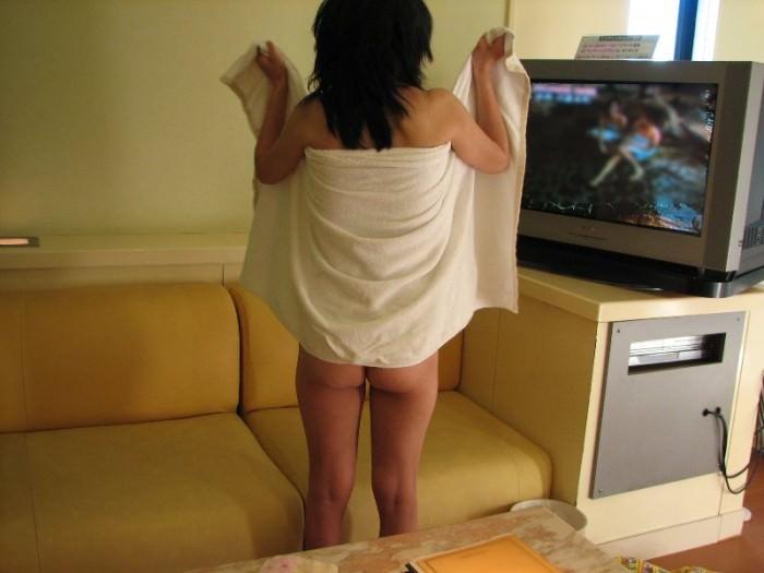 ホテルでシャワー浴びてバスタオル巻いてるセフレを写メった投稿エロ画像 257