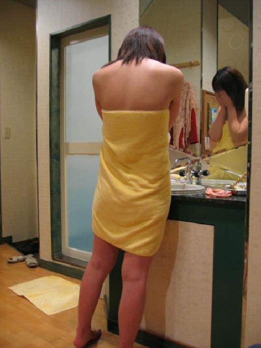 ホテルでシャワー浴びてバスタオル巻いてるセフレを写メった投稿エロ画像 258