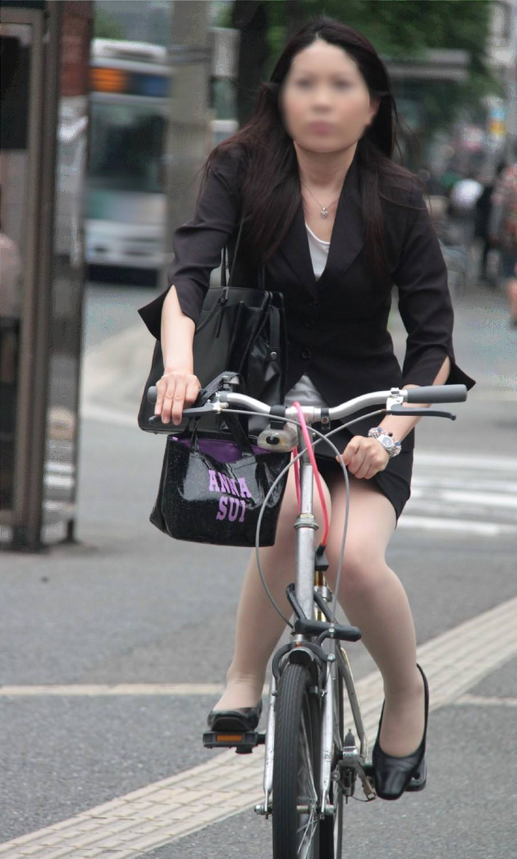 自転車を漕ぐ太ももの汗の匂いが気になる素人OLの街撮りエロ画像 277