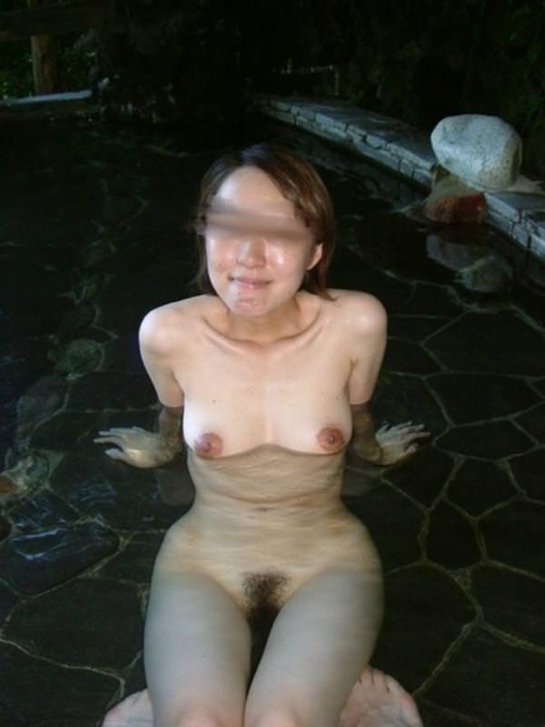 不倫旅行先の露天風呂で開放的になってて全裸ヌード撮影しちゃう人妻熟女の露出エロ画像 278