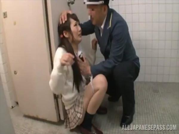 警備員にトイレで中出しレイプされるJKが可愛すぎてヤバイと話題にwww 2801