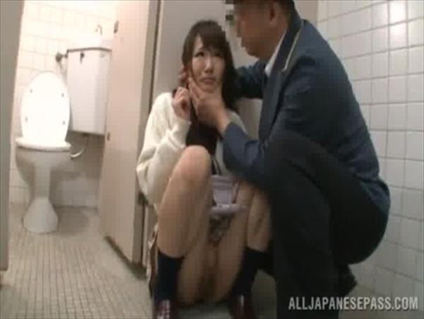 警備員にトイレで中出しレイプされるJKが可愛すぎてヤバイと話題にwww 2804