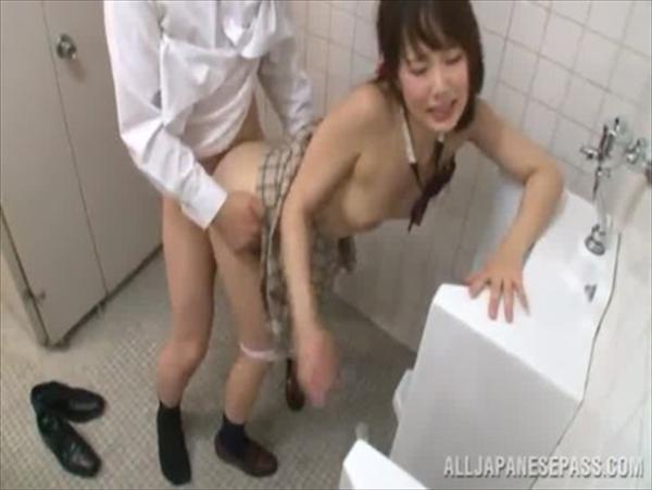 警備員にトイレで中出しレイプされるJKが可愛すぎてヤバイと話題にwww 2819