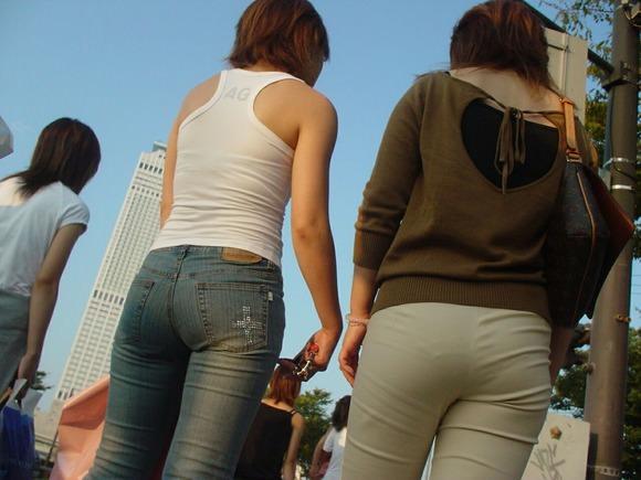 街を歩くギャルのデニムがお尻のラインを際立てる街撮りエロ画像 301
