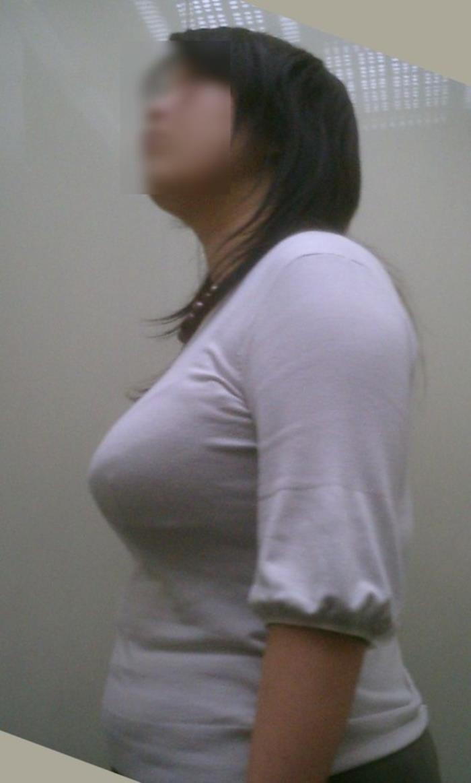 服の上からでも巨乳だとわかる人妻のむっちり着衣おっぱいエロ画像 331