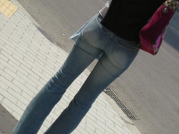 街を歩くギャルのデニムがお尻のラインを際立てる街撮りエロ画像 332