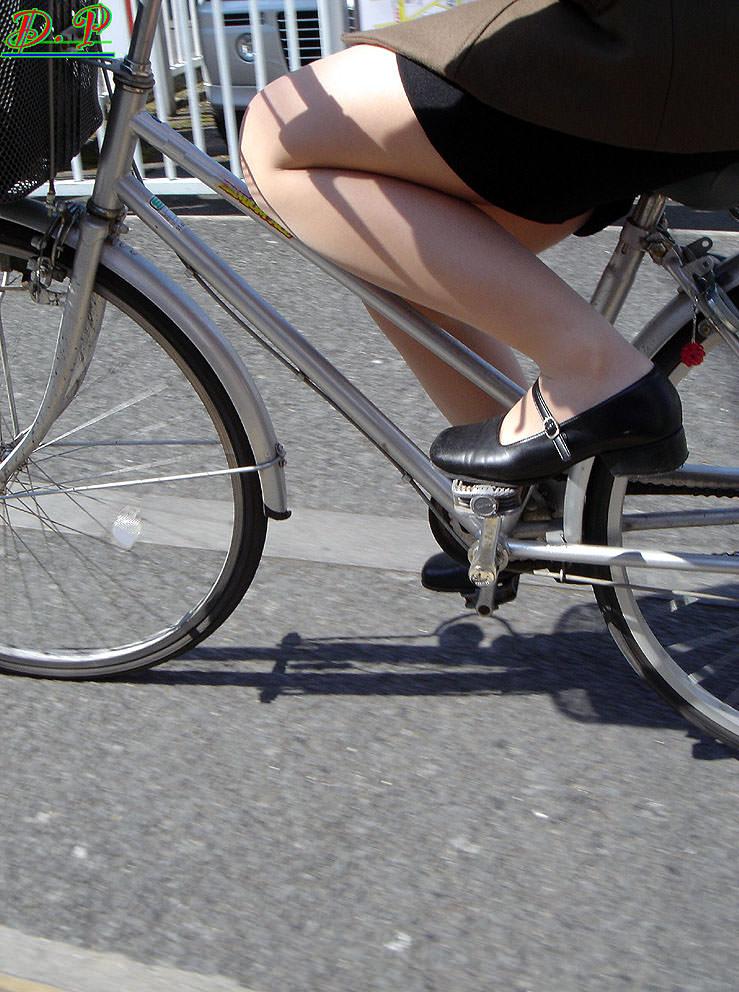 自転車を漕ぐ太ももの汗の匂いが気になる素人OLの街撮りエロ画像 334