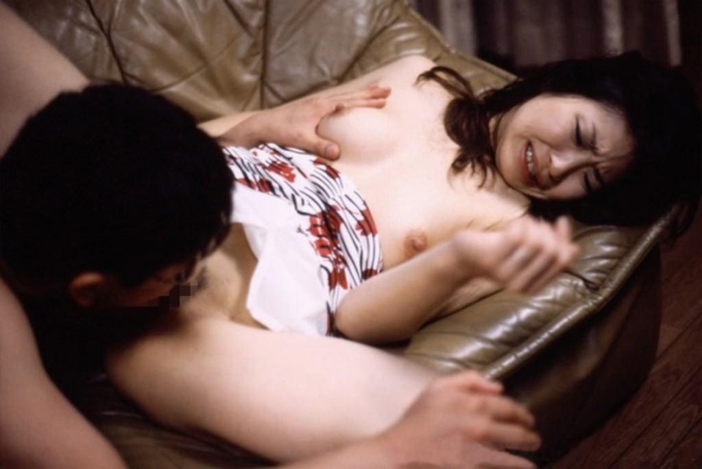 まんこやクリトリスを吸われる人妻がクンニされてるエロ画像 340