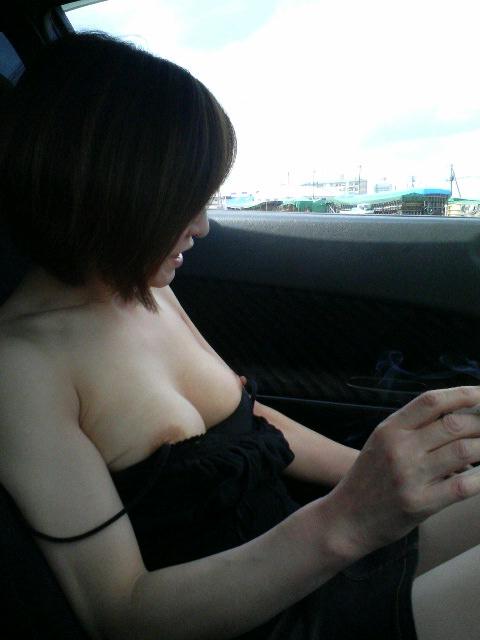 旦那が仕事中に家を抜けだして間男と不倫カーセックスしてる人妻熟女のエロ画像 368