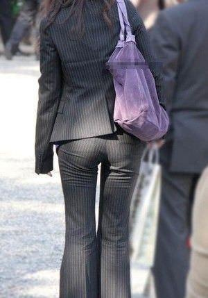 パンツスーツやタイトスカートを履いたOLお姉さんのお尻を追っかける街撮りエロ画像 377