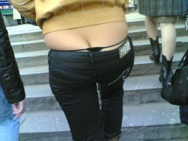 しゃがんでパンツからお尻が見えちゃってる素人娘達の街撮りエロ画像 383