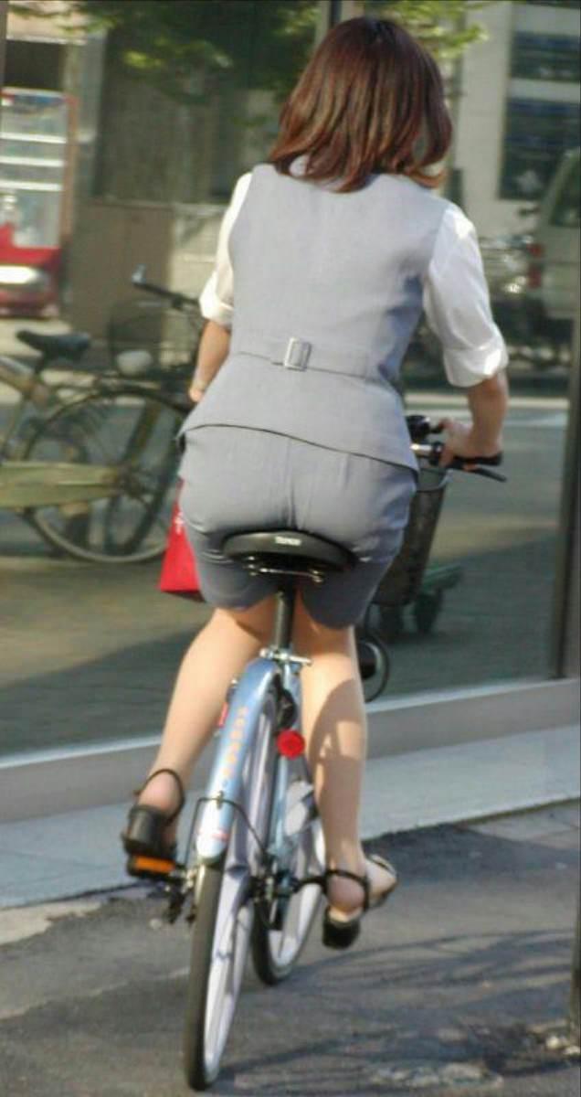 自転車を漕ぐ太ももの汗の匂いが気になる素人OLの街撮りエロ画像 431
