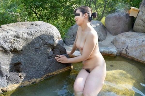 不倫旅行先の露天風呂で開放的になってて全裸ヌード撮影しちゃう人妻熟女の露出エロ画像 432