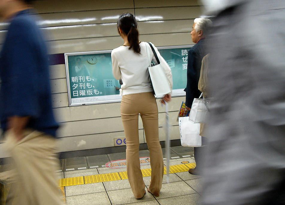 パンツスーツやタイトスカートを履いたOLお姉さんのお尻を追っかける街撮りエロ画像 470