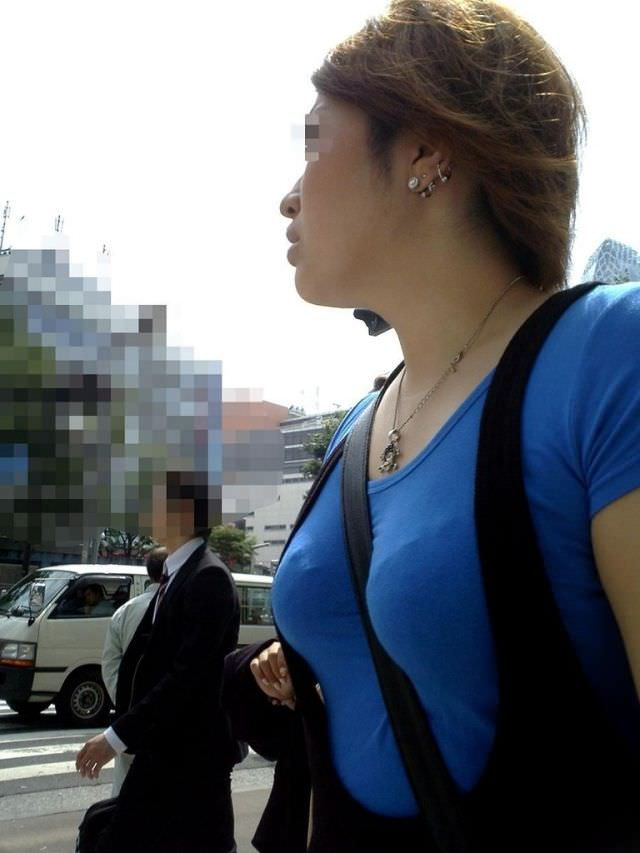 たすき掛けにより強調された着衣おっぱいがもっこりしてる街撮りエロ画像 479
