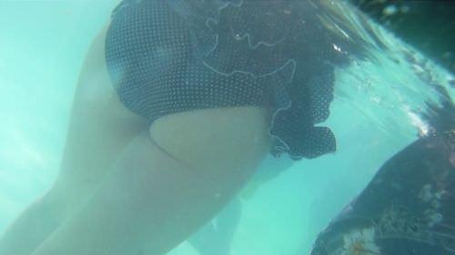 ビキニ女子が撮られてるとも知らずに油断してる水中のお尻エロ画像 487