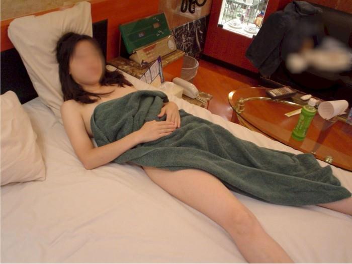 ホテルでシャワー浴びてバスタオル巻いてるセフレを写メった投稿エロ画像 516