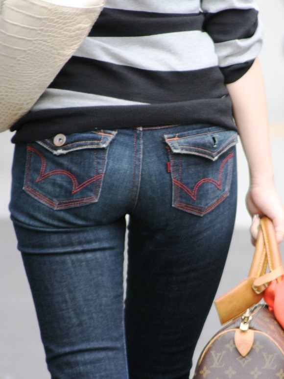 街を歩くギャルのデニムがお尻のラインを際立てる街撮りエロ画像 529