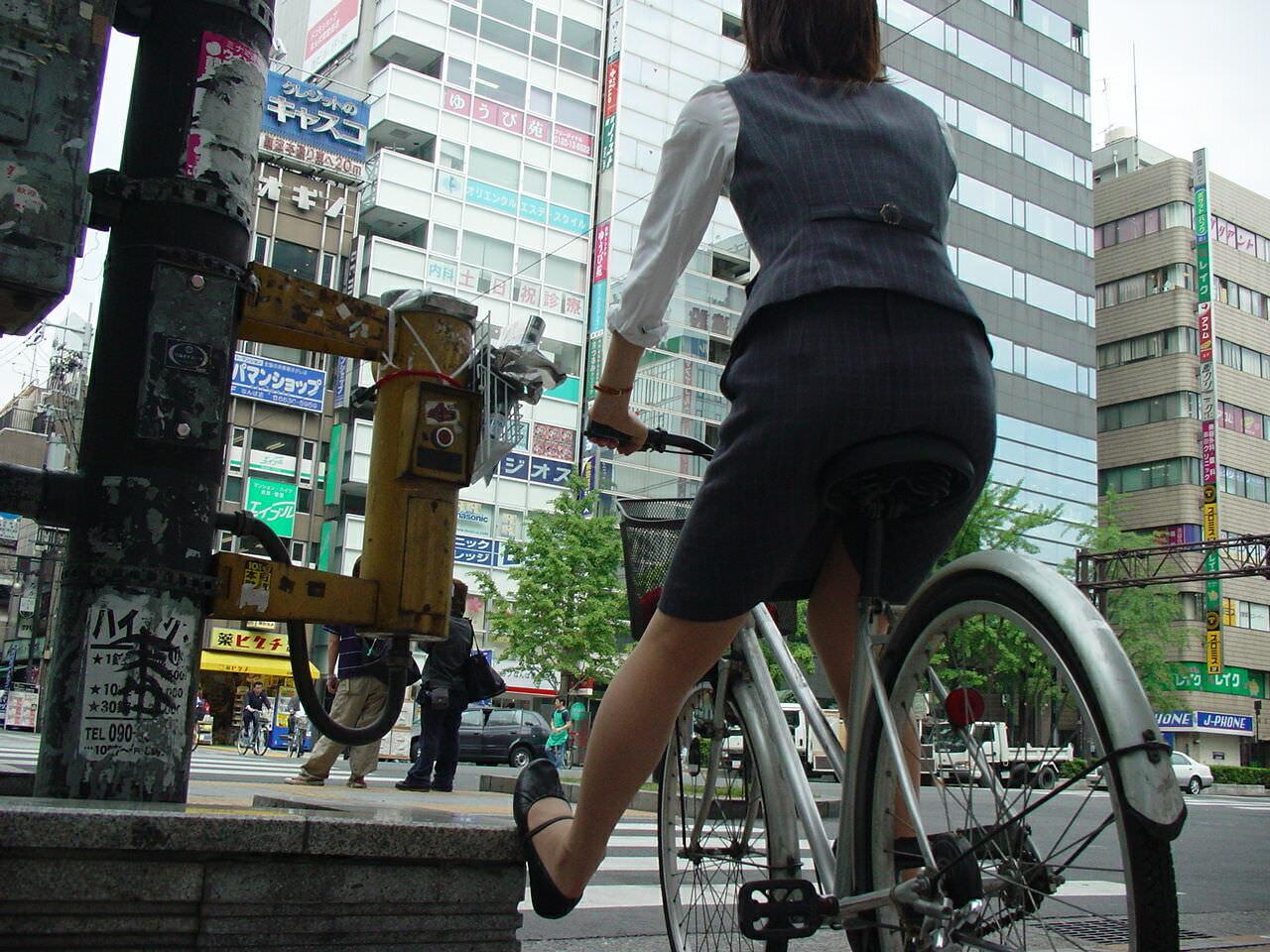 自転車を漕ぐ太ももの汗の匂いが気になる素人OLの街撮りエロ画像 530