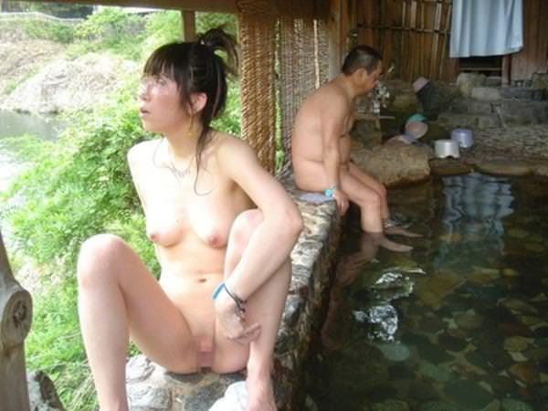 不倫旅行先の露天風呂で開放的になってて全裸ヌード撮影しちゃう人妻熟女の露出エロ画像 531