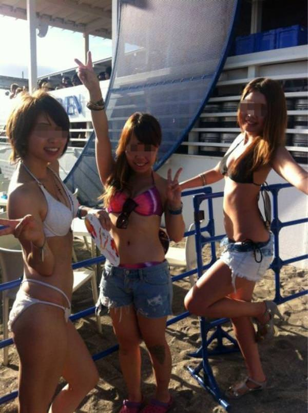 夏のビーチで輝くビキニギャルがツイッターやフェイスブックにうpされてたエロ画像 538